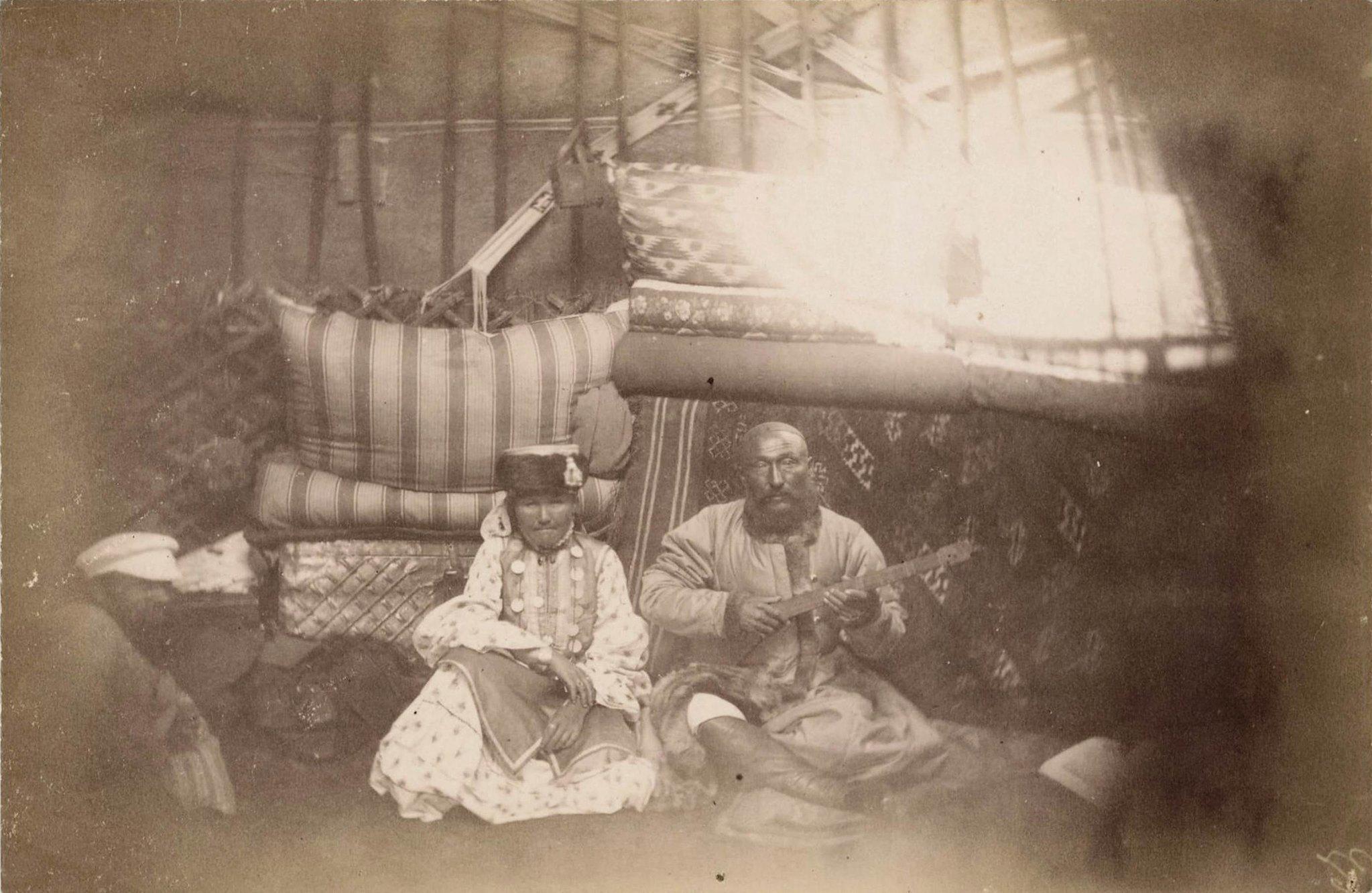 08. Иссык-Куль. Каракиргизы, «бард» и его жена