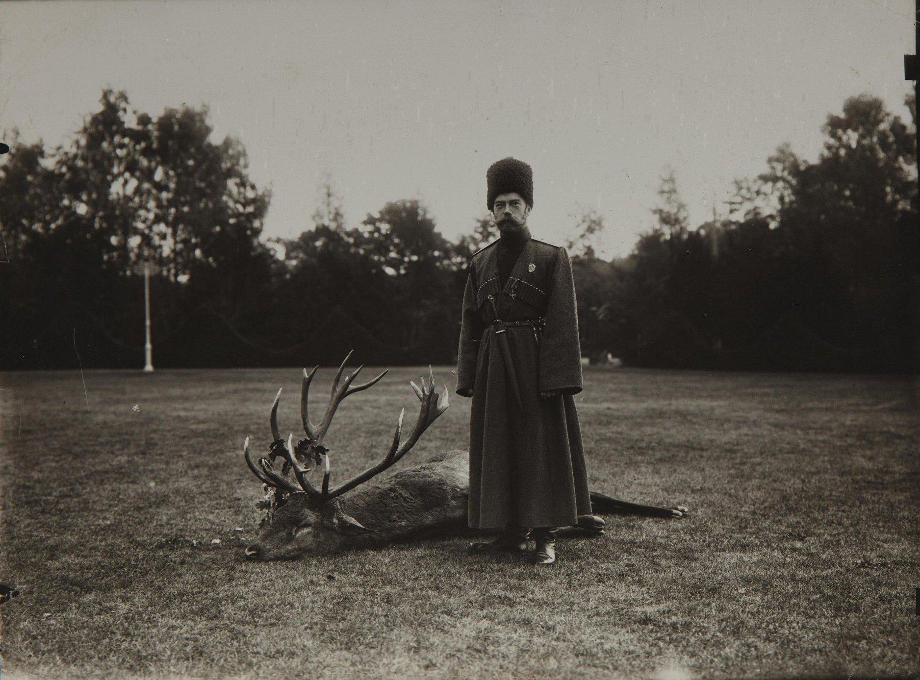 1912. Император Николай II около убитого оленя