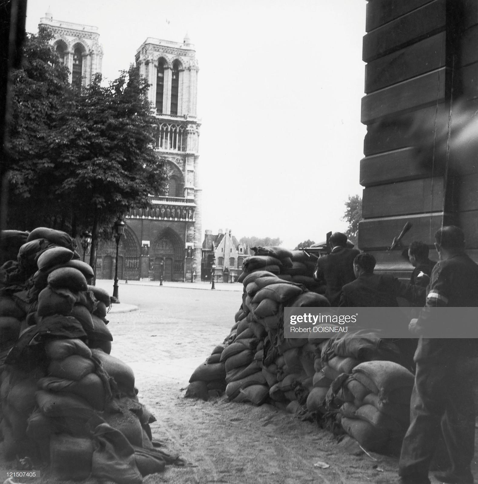 1944. Два бойца Сопротивления на баррикадах возле автовокзала Нотр-Дам