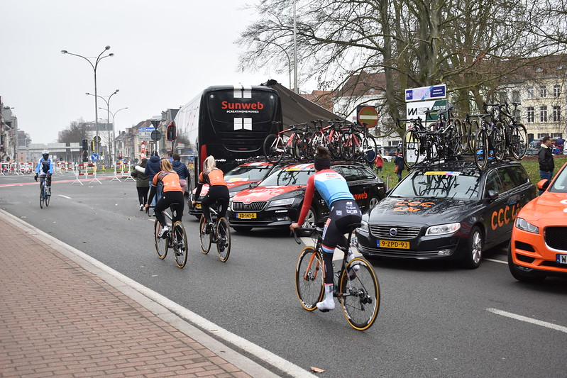 Ciclistas profesionales calentando