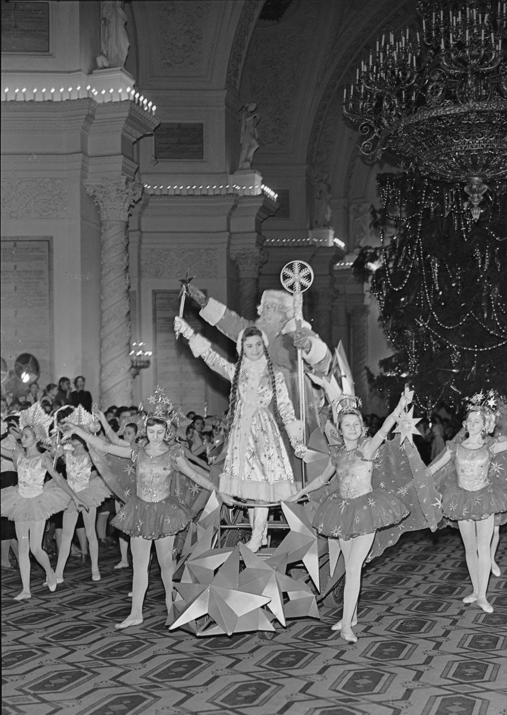 1958. Дед Мороз и Снегурочка приветствуют школьников на ёлке в Большом Кремлёвском дворце. Автор Н. Максимов.