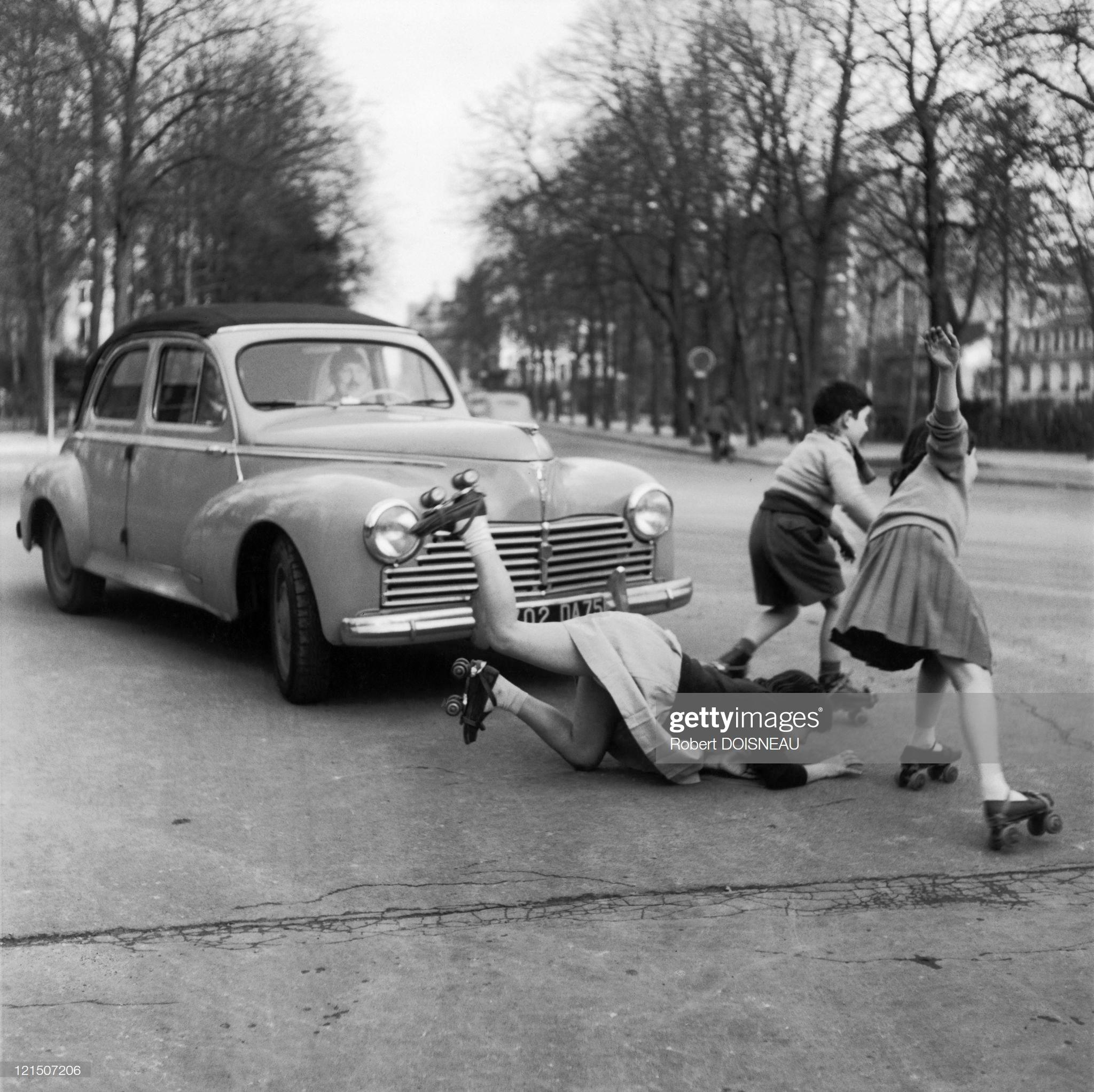 1955. Дети пересекают улицу на роликовых коньках на шоссе Мюэт в Париж