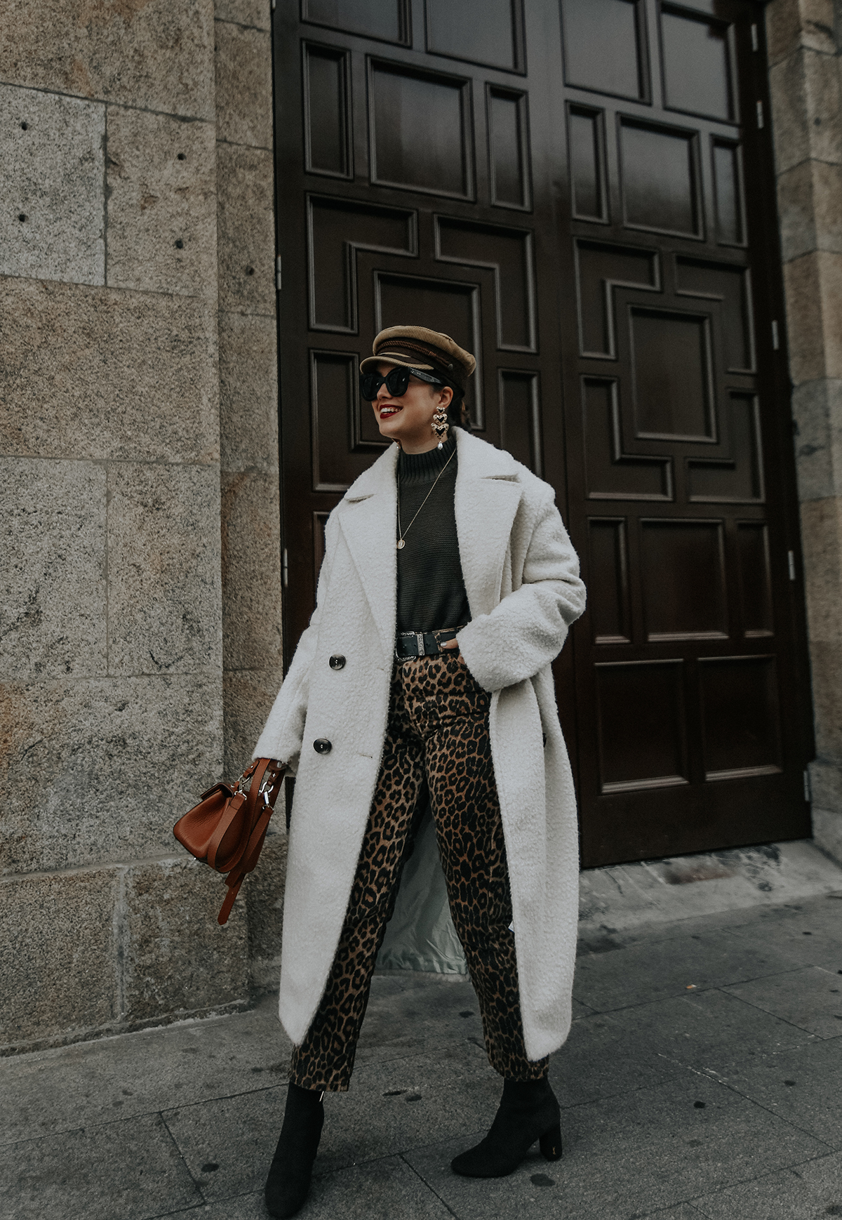 pantalones-leopardo-look-botines-ysl-streetstyle9