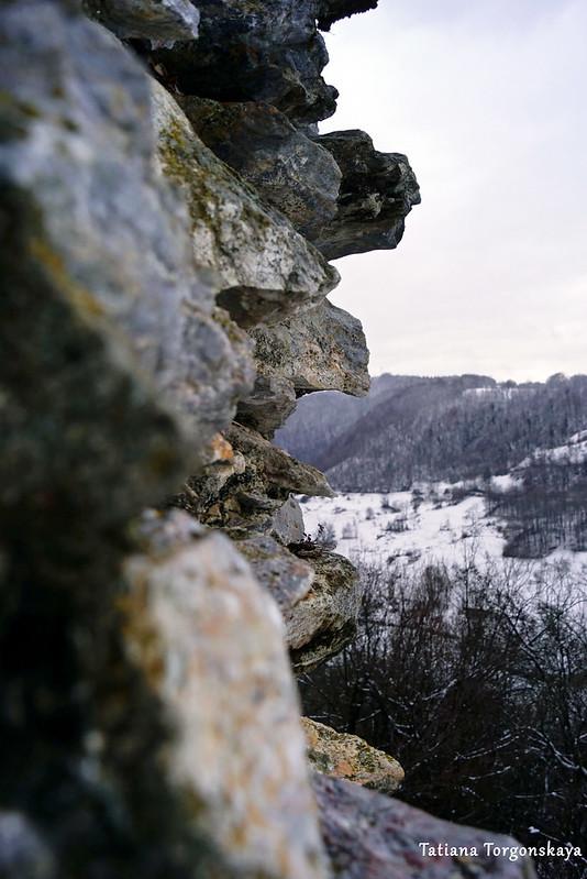 Вид на окрестности сквозь разрушенную стены