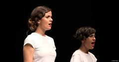 el-coro-femenino-de-tomelloso-levanta-de-sus-asientos-al-publico-del-gran-teatro-de-villarrobledo-con-su-espectaculo-musical-singing-america-16
