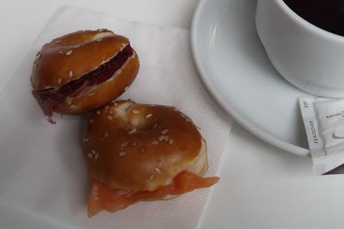 Mit Lachs bzw. Schinken belegte Mini-Bagel (in einer Kaffeepause einer Tagung in Passau)
