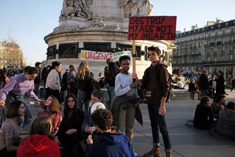 19b22 Jóvenes ecologistas Place République_0046 variante Uti 485