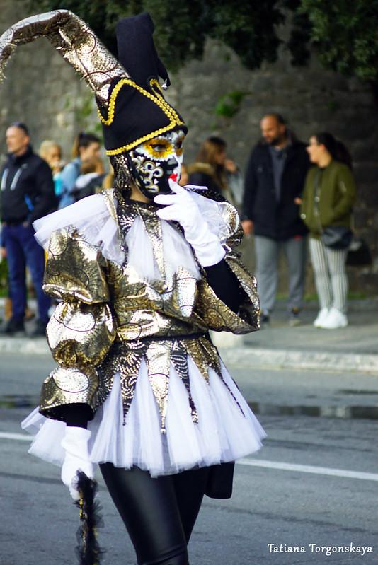 """Одна из девушек группы """"Za dešpet"""" на карнавальном шествии"""