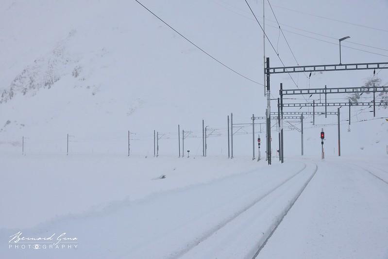 La gare d'Oberalppass est prise dans la tempête de neige. Elle est vide de trains et de voyageurs - Voyage Bernard Grua - Glacier Express  - Matterhorn Gotthard Bahn
