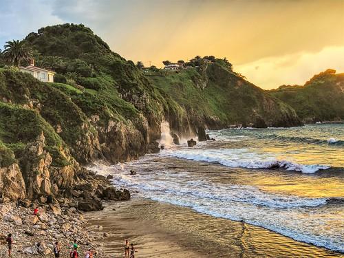 Las olas de la playa de Amio. Cantabria.