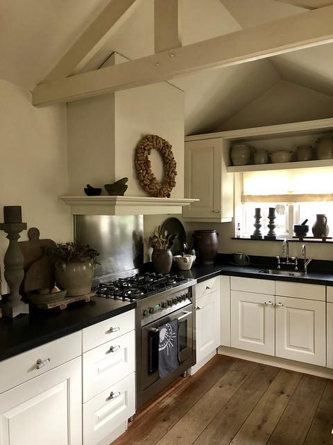 Witte keuken zwart aanrechtblad