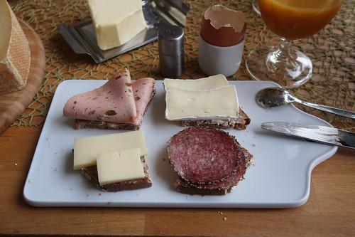 Pfeffersalami, Lyoner, Ziegengouda und Nordseekäse auf frisch gebackenem Brot