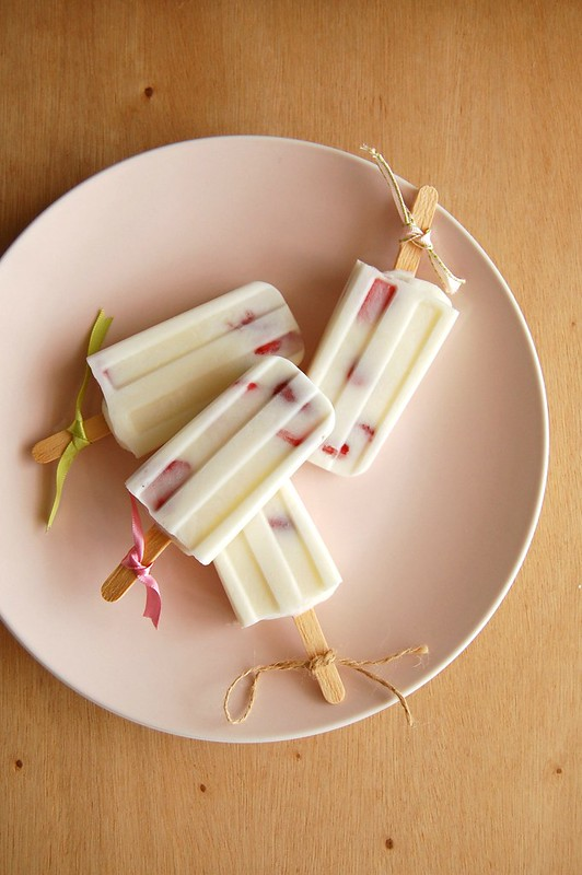 Picolés de iogurte, coco e morango
