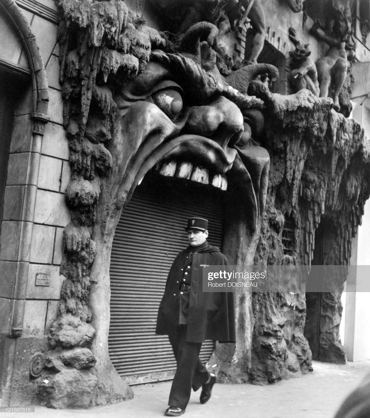 1952. Бульвар Клиши. Полицейский, идущий мимо Врат Ада