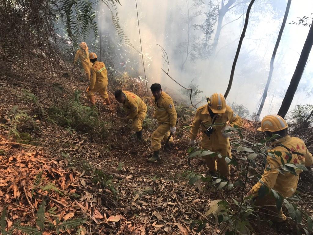 森林救火往往深入人煙罕至之處,每位成員都須具備過人的體力。圖片來源:南投林管處