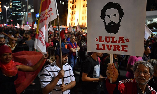 Protesters will hold demonstrations demanding freedom for Lula in the next several days to mark one year since the ex-president's prison - Créditos: Nelson Almeida/AFP