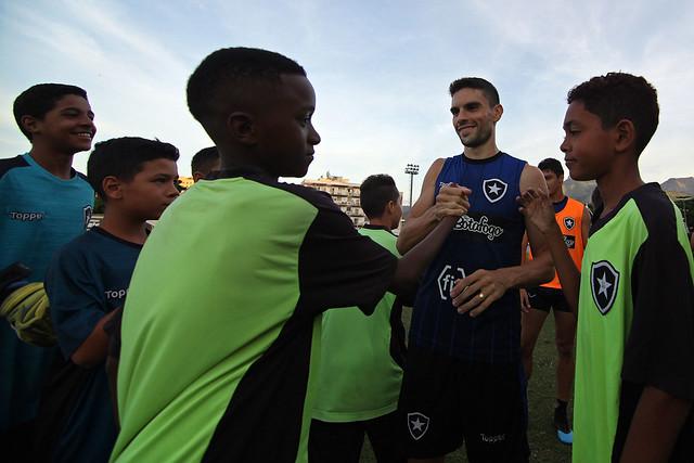 Sub-11 e Sub-12 vistam o Estádio Nilton Santos