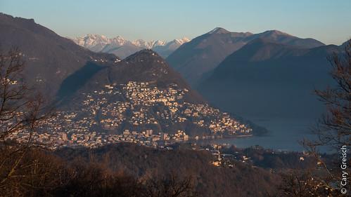 Lumière du soir sur Lugano, son lac et le Monte Brè (depuis Santa Maria d'Iseo, Ticino) (26/12/2018 -02)