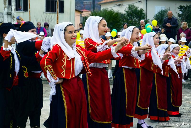 Традиционный бокельский танец в исполнении детей