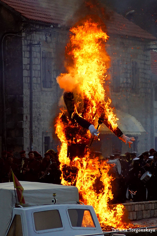 Карнавальная кукла во время сожжения