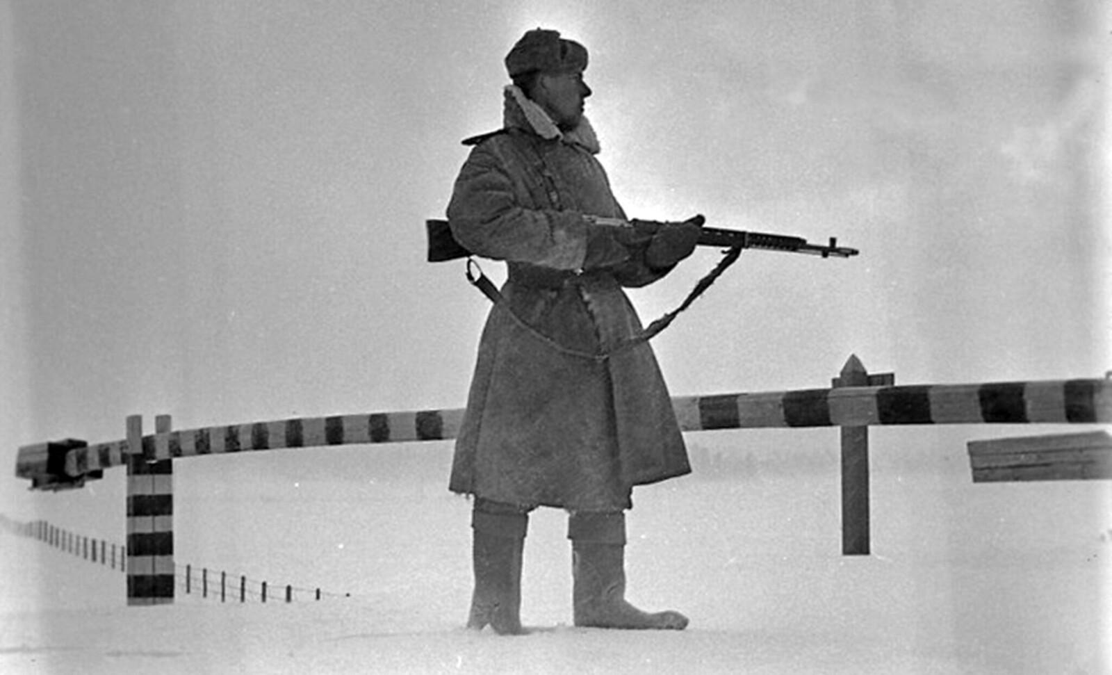 1947.. Советский пограничник на охране границы