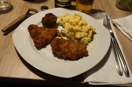 Kalbsschnitzelchen und Frikadelle zu Kartoffelsalat