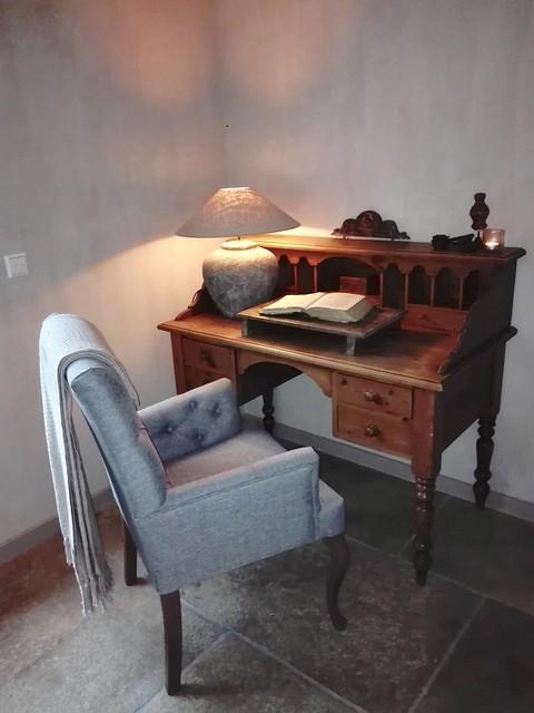 Antiek bureau in de woonkamer