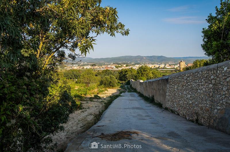 Camino de ronda detrás del Castell de Penyafort