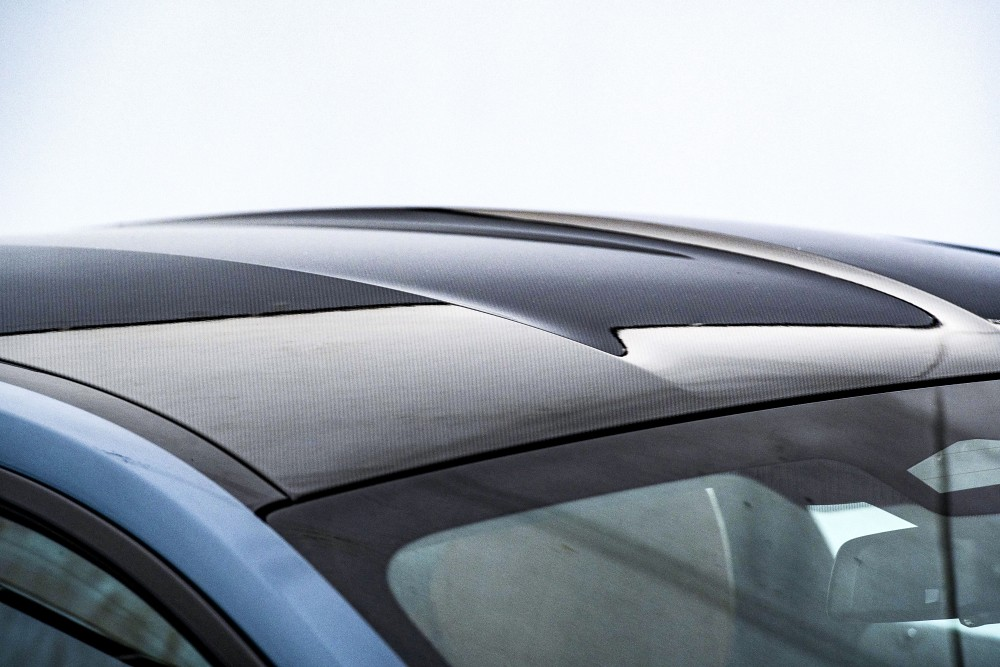 碳纖維車頂與雙拱形線條
