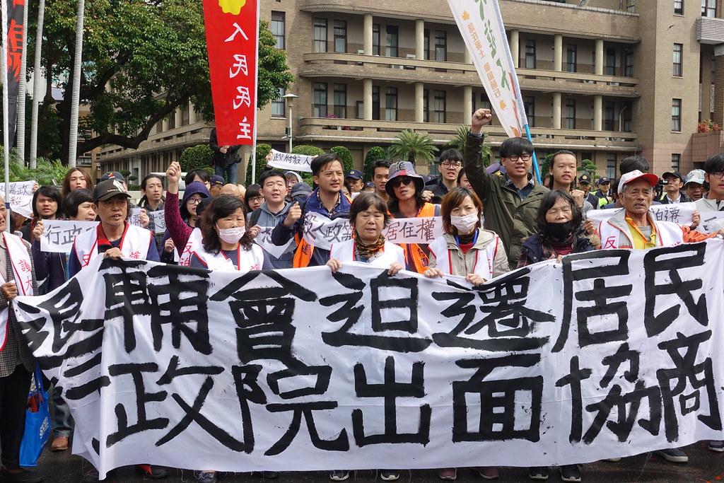 大觀自救會和聲援學生集結政院前抗議,要求政院暫緩強拆出面協商。(攝影:張智琦)