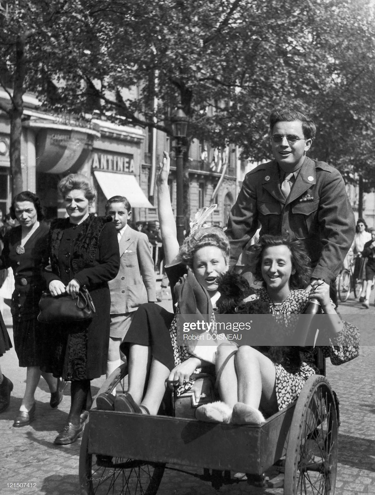 1944. Празднующие освобождение Парижа парижане