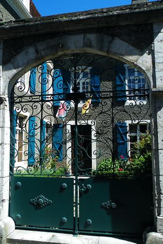 20090530 137 1109 Jakobus Arthez de Bearn Torgitter Fahnen Fenster