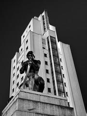 Villeurbanne - Statue à l'entrée des Gratte-Ciel avenue Henri Barbusse. (version NB )