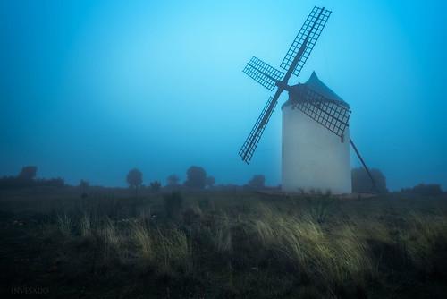 Molino-en-la-niebla-crepuscular