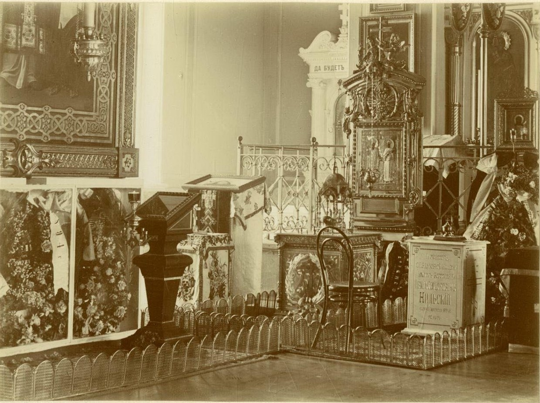 23. Исидоровская церковь, могила профессора Нильского