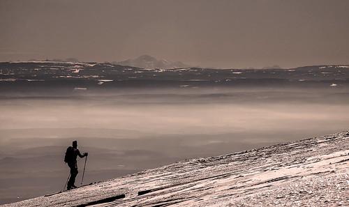 le randonneur à ski avec au fond le Mt Blanc