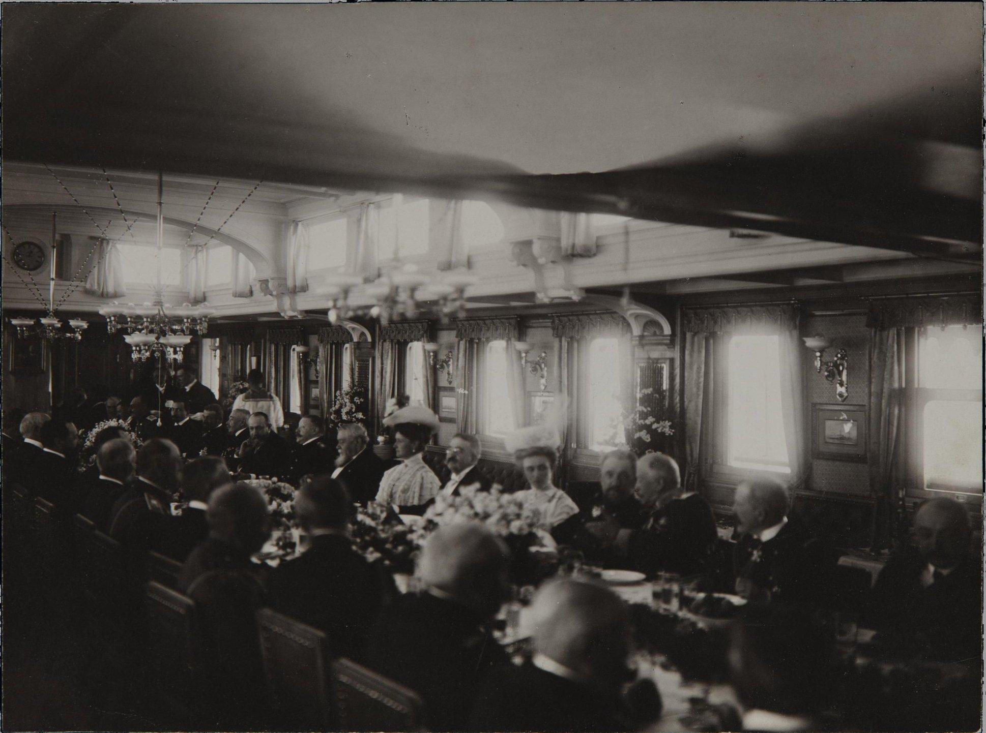 1908. Обед на яхте «Штандарт» по случаю приезда президента Франции Фальера Армана. Ревель.