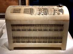 Boîte en calcite peinte et couvercle voûté avec ornement floral, 1336-1326 av. J.-C.