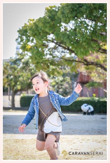 公園で走り回る女の子