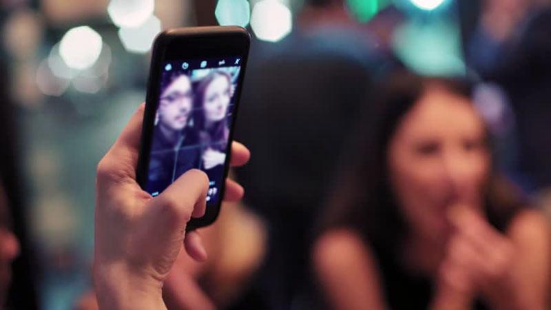 Rentangkan tangan Anda untuk mendapatkan foto selfie yang bagus di mana pun.