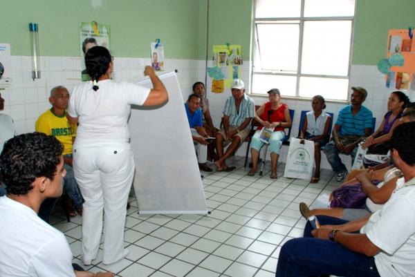 Enfermeira faz palestra de orientação em pré-atendimento. | Foto: Vermelho