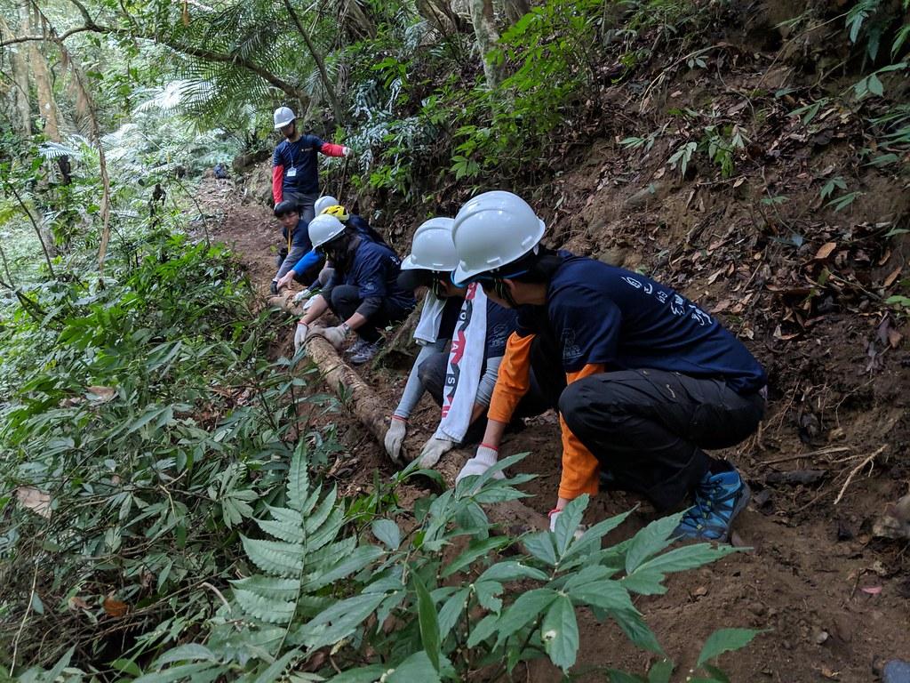 步道志工齊力清整古道。圖片來源:千里步道協會。