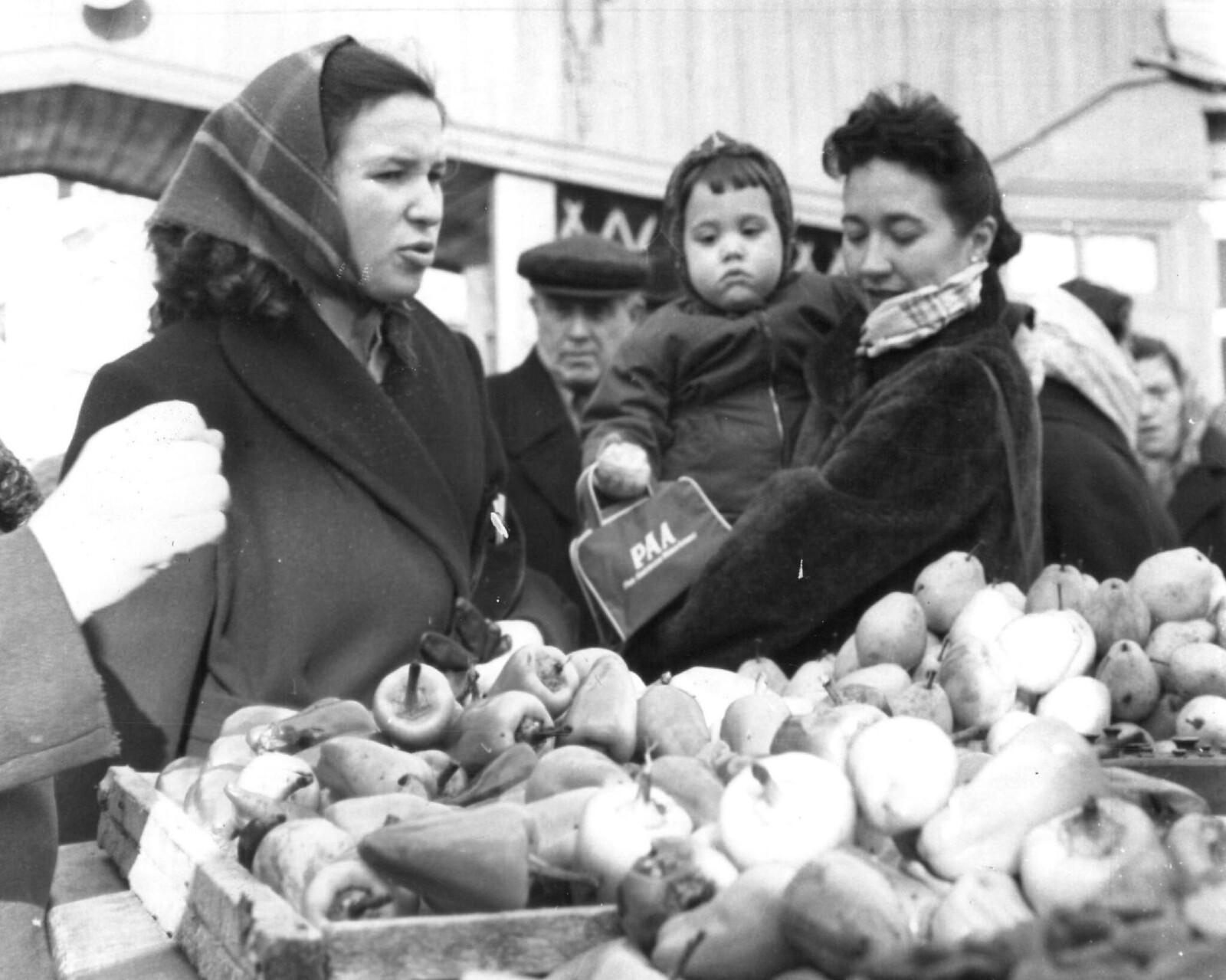 1958. На московком рынке. Миссис Элизабет Эссоян, жена Роя Эссояна, московского корреспондент агентства Ассошиэйтед Пресс,с дочерью Кэти. 16 ноября
