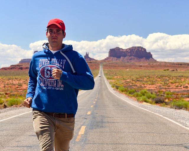 Imitando a Forrest Gump en la carretera de Monument Valley
