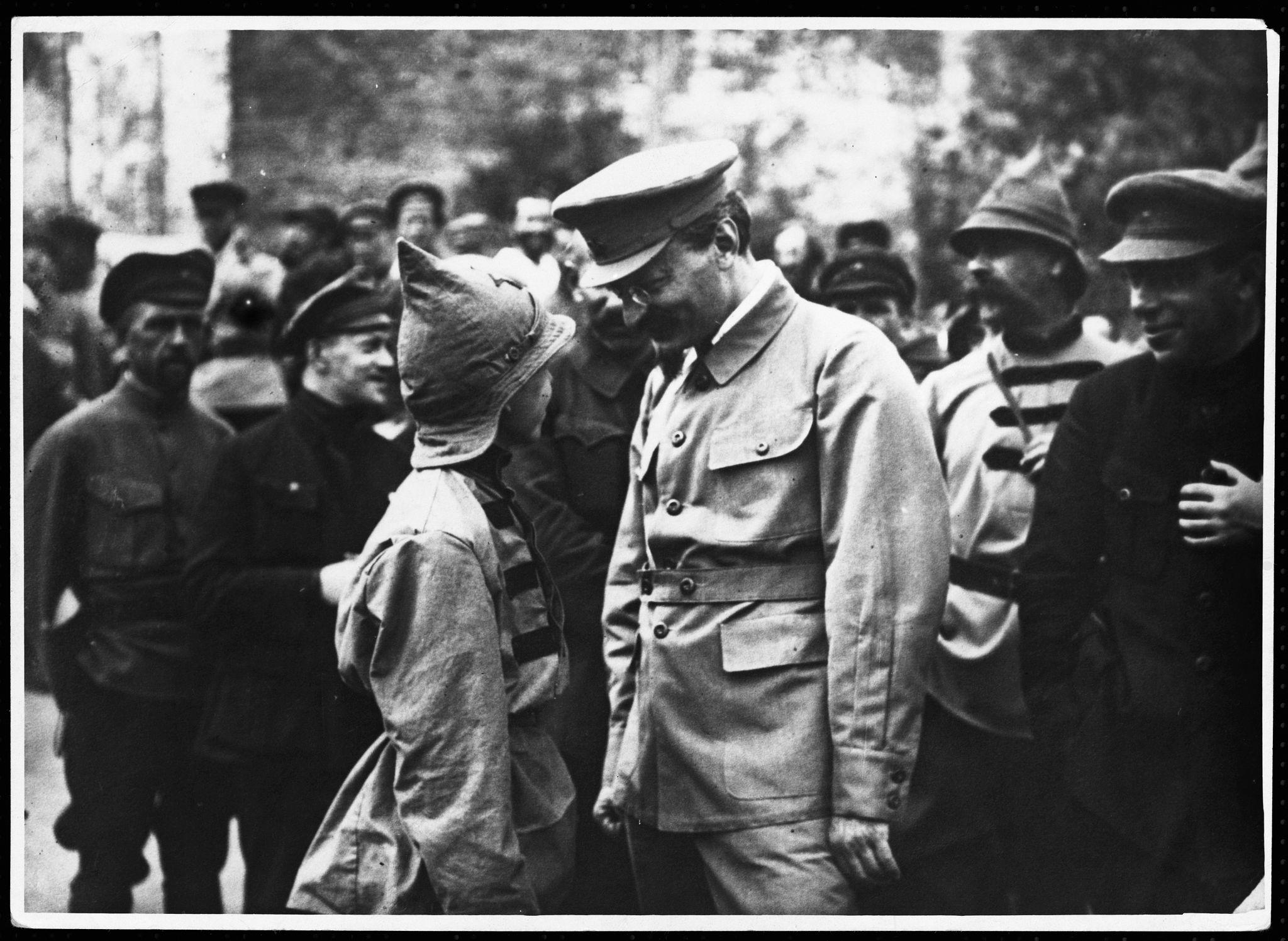 1920-е. Лев Троцкий беседует с подростком