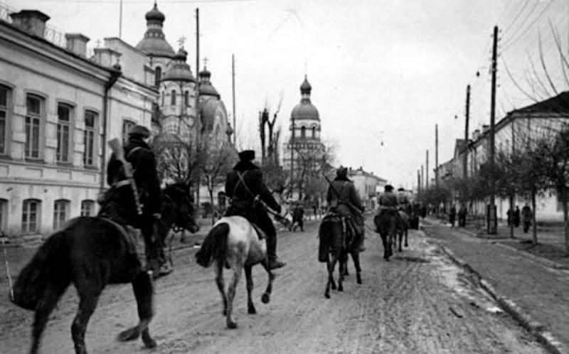 1944_21_partizani_in_Rivne Партизани входять в місто.