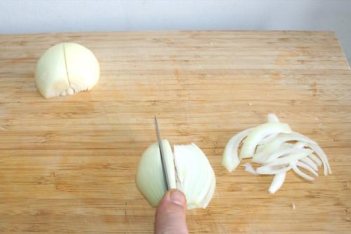 05 - Zwiebel in Spalten schneiden / Cut onion in rings