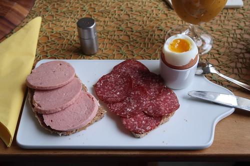 100% Rind Schinkenwurst und Rindersalami auf Dinkelvollkornbrot zum Frühstücksei