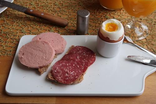 Schinkenwurst und Salami auf Dinkelvollkornbrot zum Frühstücksei
