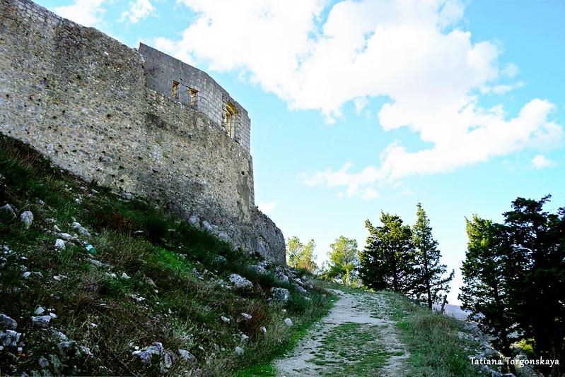 Крепостная стена Верхнего города с внешней стороны